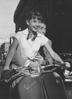 Classic Hollywood- Audrey Hepburn and Gregory Peck in Roman Holiday Audrey Hepburn Roman Holiday, Audrey Hepburn Movies, Audrey Hepburn Photos, Audrey Hepburn Style, Golden Age Of Hollywood, Classic Hollywood, Old Hollywood, Cover Design, Foto Picture