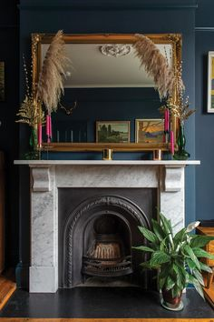 London's calling for this incredible Victorian terrace house, full of colourful contrasts worthy of a Wexford-born artist and her family. Victorian Terrace Interior, Victorian House Interiors, Victorian Living Room, Modern Victorian, Victorian Homes, Dark Green Living Room, Dark Living Rooms, Living Room Paint, Living Room Decor Inspiration