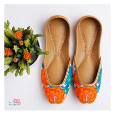 The widest range of modern punjabi jutti designs, wedges, and flat sandals along with options of matching clutches. Bridal Chuda, Indian Shoes, Shoes Sandals, Heels, Shoe Closet, Luxury Shoes, Sexy Feet, Asian Fashion, Me Too Shoes