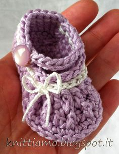 Mini crochet booties  Tutorial con Video ✿Teresa Restegui http://www.pinterest.com/teretegui/✿