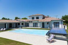 Un abri de piscine en harmonie avec sa maison permettant de dégager entièrement le bassin !