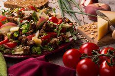 BEZGLUTENOWA WITALNOŚĆ. Sałatka z grzankami z chleba bezglutenowego, rukolą, ufo, parmezanem, pomidorkami, papryką ramiro i pestkami słonecznika.