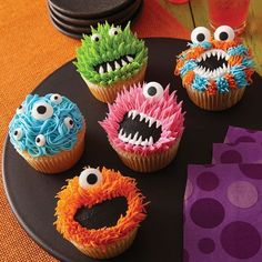 Just in case we didnt have enough things going on this month, now I need to make these cupcakes too! Thanks a lot Michaels Stores for making irresistibly cute monster cupcakes halloween cupcakes Monster Party, Monster Birthday Parties, Monster Snacks, Monster Birthday Cakes, Deco Cupcake, Cupcake Wars, Cupcake Toppers, Dessert Halloween, Halloween Treats