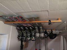 Space-saving and easy ski storage under the garage cover . Space-saving and easy ski storage under the garage cover …- Platzsparende und einfache Ski Lageru Garage Tool Organization, Garage Storage, Garage House, Diy Garage, Garage Doors, Ski Rack, Garden Tool Storage, Outdoor Storage, Space Saving
