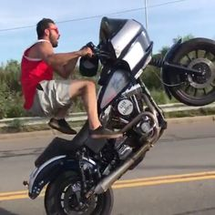 Harley Davidson + Stunt man Sal Fusco shows off amazing skills popping wheelies - passion - Motorrad Harley Davidson Dyna, Harley Davidson Motorcycles, Custom Motorcycles, Jesse James Motorcycles, Custom Bikes, Street Motorcycles, Street Bikes, Bobber Motorcycle, Moto Bike