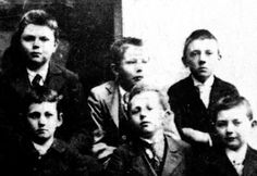 The Realschule, (Linz, Austria) - Class of 1904? Ludwig Wittgenstein is seen in the bottom left. Adolf Hitler in the top right. [1465 x 1011]