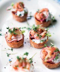 Server fjordrejer som lækre godbidder til dine påskegæster. Her får du en lækker opskrift på fjordrejer på toast med rygeostcreme og radiser.