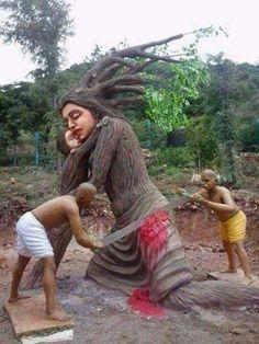 """Довольно неожиданная скульптура. Называется """"Мать-природа"""". Индия."""