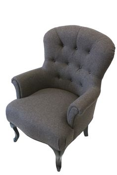 Door gebruik van een wollen stof heeft deze fauteuil een chique uitstraling gekregen. Foto's - Konings Meubelstoffeerderij www.konings-weert.nl www.facebook.com/koningsweert
