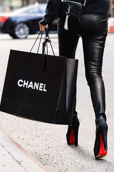 Chanel, sac YSL et Louboutin elle a TOUT cet meuf