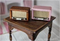 Linnanneidon lokikirja These radios are adorable! Looks easy enough to replicate. Vitrine Miniature, Miniature Rooms, Miniature Crafts, Miniature Houses, Miniature Furniture, Dollhouse Furniture, Modern Dollhouse, Diy Dollhouse, Dollhouse Miniatures