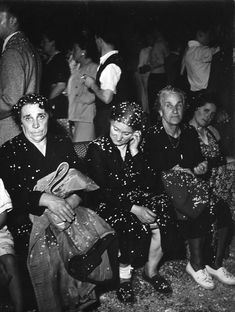 La fête 1950 by Robert Doisneau Minimalist Photography, Urban Photography, Color Photography, Street Photography, Timeless Photography, Exposure Photography, Henri Cartier Bresson, Robert Doisneau, Man Ray