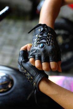 Leather Holster, Leather Gloves, Unique Outfits, Cute Outfits, Part Of Hand, Sheep Leather, Androgynous Fashion, Teen Fashion Outfits, Mode Vintage