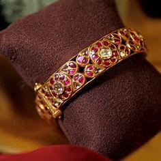 Gold Bangles Design, Gold Earrings Designs, Gold Jewellery Design, Antic Jewellery, Kerala Jewellery, Gold Jewelry, Gold Designs, Trendy Jewelry, Diamond Jewelry