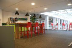 Fraaie inrichting Universiteit Utrecht, hoge werktafel in samenwerking met Hollandse Nieuwe te Amsterdam