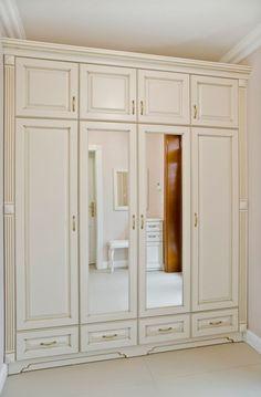 Zestaw klasycznych mebli składający się z szaf i biblioteczki wykonany został z lakierowanego na kremowo MDF-u. Wysokie i smukłe kształty nadają im lekkości i nie przytłaczają wnętrza...