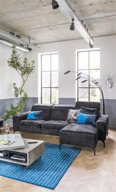This comfortable Montreal sofa has a beautiful and modern design, the flexible headrests make it even more comfortable.