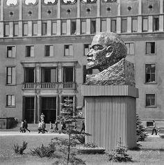 Brama Kombinatu Janusz Podlecki Lata XX w. Beautiful Buildings, Maine, Sculptures, Black And White, City, Photos, Fotografia, Pictures, Black N White