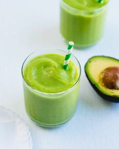 Here's how to make the best avocado smoothie: creamy and full of tropical flavor! It's plant-based and loaded with nutrients, ideal for breakfast and snacks. #avocado #avocadosmoothie #bestavocadosmoothie #healthy #vegan #plantbased #vegansmoothie