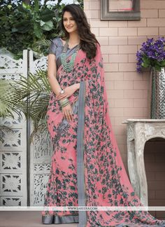 Design and style and trend will be at the peak of your elegance the moment you dresses this pink faux georgette printed saree. You could see some fascinating patterns performed with abstract print wor. Simple Sarees, Trendy Sarees, Stylish Sarees, Fancy Sarees, Saree Designs Party Wear, Party Wear Sarees, Saree Blouse Designs, Floral Print Sarees, Printed Sarees