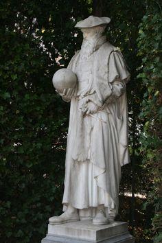 Bruxelles.Square du Petit Sablon. Sculptures des personnages illustres.Mercator