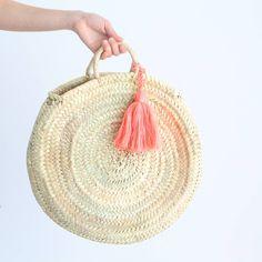 moroccan basket bag. capazo de palma con pompon. dar amïna shop http://daramina.bigcartel.com/
