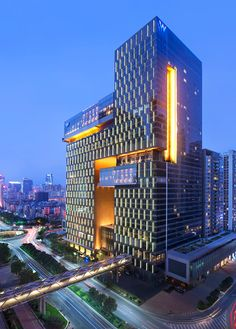 The W Hotel and Serviced Apartments complex is located along the central axis of the new CBD of Guangzhou. To the west of the complex locates the district's main boulevard - Xiancun Road; and on the other side lies the residential building which is part and parcel of the same urban block.