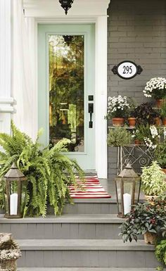 Love that the porch is so homey. [ EverestRubberMulch.com ] #home #mulch #landscape