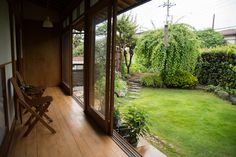 the home of Takahiro Koike and Nao Ogawa. Indoor Outdoor, Outdoor Living, Zen Interiors, Japanese Style House, Japanese Interior, Japanese Architecture, Tiny House Living, Garden Spaces, My Dream Home