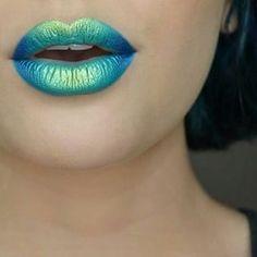 Los 90s están de vuelta, y estos tonos azules son perfectos para demostrarlo. | 23 Imágenes que te llevarán a pintarte los labios con la tendencia ombré