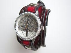 Dámské+hodinky+černočervená+kůže+Náramok+je+vyrobený+z+pravej+kože+(+zákazková+výroba+)+Farba:+čiernočervená+Šírka:+4,5+cm+Dĺžka:+podľa+želania+Hodinky:+SKONE+(+quartz+)+vodeodolné+na+bežné+použitie+(+nie+sprchovanie+a+pod.+)+Remienok+je+ručne+prišitý+takže+sa+pohodlne+nosí+aj+na+malej+ruke.+Všetko+je+šité+ručne,+hrany+kože+sú+vyhladené+tak+aby+sa+hodinky...