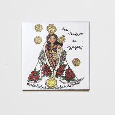 Azulejo decorativo Nossa Senhora de Nazaré! #handmade #porcelana #porcelanadecorada #porcelanapersonalizada #decoração #decor #pintadoamão #feitoamão #brasil #brazil #lembrançadoBrasil #homedecor #porcelain #NossaSenhoraDeNazaré #religião