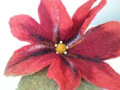 kwiat filcowany na mokro, wet felted flower