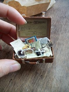 Tiny suitcase by Sylvia Beuker at Sabs Mini Interiors Little Presents, Tiny World, Tiny Treasures, Little Doll, Miniature Furniture, Miniture Things, Miniature Dolls, Dollhouse Miniatures, Just In Case