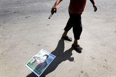 Poika ampui kuula-aseella diktaattori Muammar Gaddafin kuvaa kadulla Tripolissa elokuussa. Katso lisää saman kuvaajan parhaita töitä klikkaamalla kuvaa. Kuva: Markus Jokela / HS
