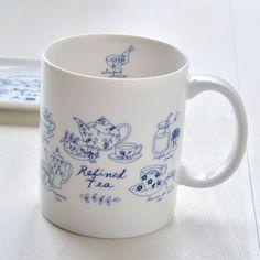 マグカップを変えたい、お気に入りのマグカップを割ってしまったあなた。プレゼントに可愛いマグカップをとお探しのあなた。そんなあなたにシンジカトウ デザイン ShinziKatoh design ブルーキッチンシリーズのマグカップはいかが!ニューボンという陶器の素材に藍色一色でデザインされたシンプルなカラーリングで施されたデザインはやさしさと可愛らしさ上品さを感じさせてくれるマグカップです。