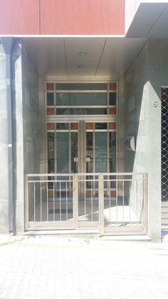 2006 Puerta Sánchez Blázquez. Entrada al edificio, con la puerta diseñada por Ernesto Oñate al fondo. Las paredes están revestidas con pizarra natural nepalí de color verde.