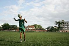 RIO BRANCO, AC, 16-04-2014 - Antonio de Araujo da Silva, 32 anos morador no município de Bujari, distante 25 km na zona rural, enfrenta todos os dias uma hora de viagem até o local de treino em um time profissional da série D da 4° divisão , sul da Amazônia. Foto: Odair Leal © 2014 TODOS OS DIREITOS RESERVADOS