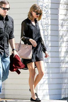 Taylor out and about in Los Angeles on August 2014 wearing a Zara dress and Miu Miu loafers with a Prada bag. Estilo Taylor Swift, Taylor Swift Web, Taylor Swift Style, Taylor Alison Swift, Ethel Kennedy, Simple Black Dress, Prada Handbags, Prada Bag, Fashion Handbags