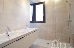 Baño casa de estructura de madera.