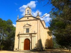 La Iglesia de La Esperanza, en un montículo permite observar hacia el norte y el sur el embalse.