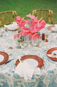 LOVE the table cloth and centerpiece