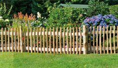 Die Staketenzäune Fulda werden aus der Edelkastanie hergestellt. Die Holzzäune Fulda besitzen eine erstklassige Holzqualität, die sich sehen und spüren lässt und auch unter ökologischen Gesichtspunkten überzeugt. Der Lattenabstand zwischen den Pfosten beträgt ca.6 cm. Die Zaunelemente sind in den Maßen von 180 x 180 cm erhältlich. Diese und weitere Holzzäune finden Sie unter http://www.meingartenversand.de/gartenzaun.html