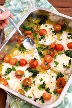 Sommartorsk med smör, tomat och örter Cod Recipes, Fish Recipes, Cooking Recipes, Healthy Snacks, Healthy Eating, Vegetarian Recipes, Healthy Recipes, Scandinavian Food, Fish Dishes