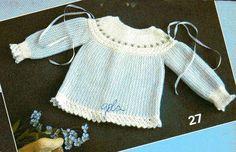 Materiais:   40g de lã de 2 fios, branca   30g de lã cor azul   ag 2 1/2 ou 3   1m de fita azul com 0,5cm de largura   5 botões   linha...