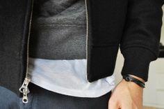 Die Sache gemütlich angehen: Kapuzenpullover 'AW77'. Hier entdecken und kaufen: http://www.sturbock.me/