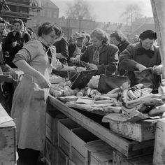 1955. Market day in de Jordaan in Amsterdam. Photo Nederlands Fotomuseum / Jo Bokma #amsterdam #1955 #Jordaan