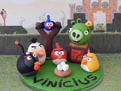 """Topo de bolo Personalizado Angry Birds, com nome na """"grama"""" e idade na caixinha. <br> <br>Produto sob encomenda. Consulte prazos de produção e envio. <br>Valor unitário. <br> <br>Material: biscuit - cold porcelain - clay - fimo - porcelana fria"""