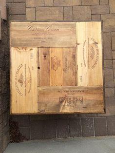 Cela magnifiquement ciselé table à café à la main est fait de boîtes de distribution de vin. Chacun a l'étiquette de vin brûlé dans le côté. Il est teinté dans un motif multicolore de chêne doré, chêne de l'été et chêne naturel. Le haut du centre est amovible pour ajouter un cubby