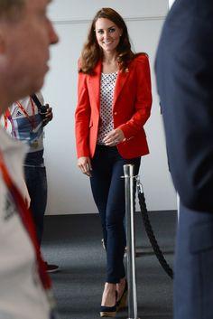 Kate Middleton - love this outfit the red blazer with the black and white polka dot top Kate Middleton Dress, Princess Kate Middleton, Kate Middleton Style, Kate Middleton Wedges, Estilo Preppy, Zara Blazer, Blazer Shirt, Herzog, Royal Fashion